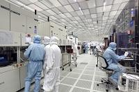 Des techniciens travaillant dans un centre de recherche de STMicroelectronics