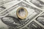 L'euro, à moins de 1,26 dollar, au plus bas depuis août 2010