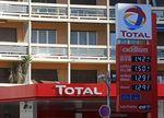 Marché : Total devrait payer plus d'impôts en France, estime Hollande