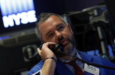 Wall Street : Wall Street varie peu, le Dow franchit brièvement les 23.000
