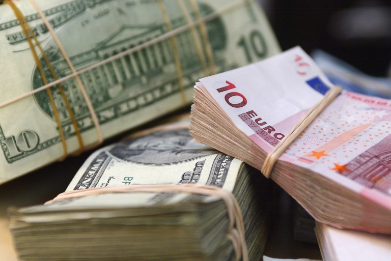 eur usd l euro au plus bas face au dollar depuis plus d un an