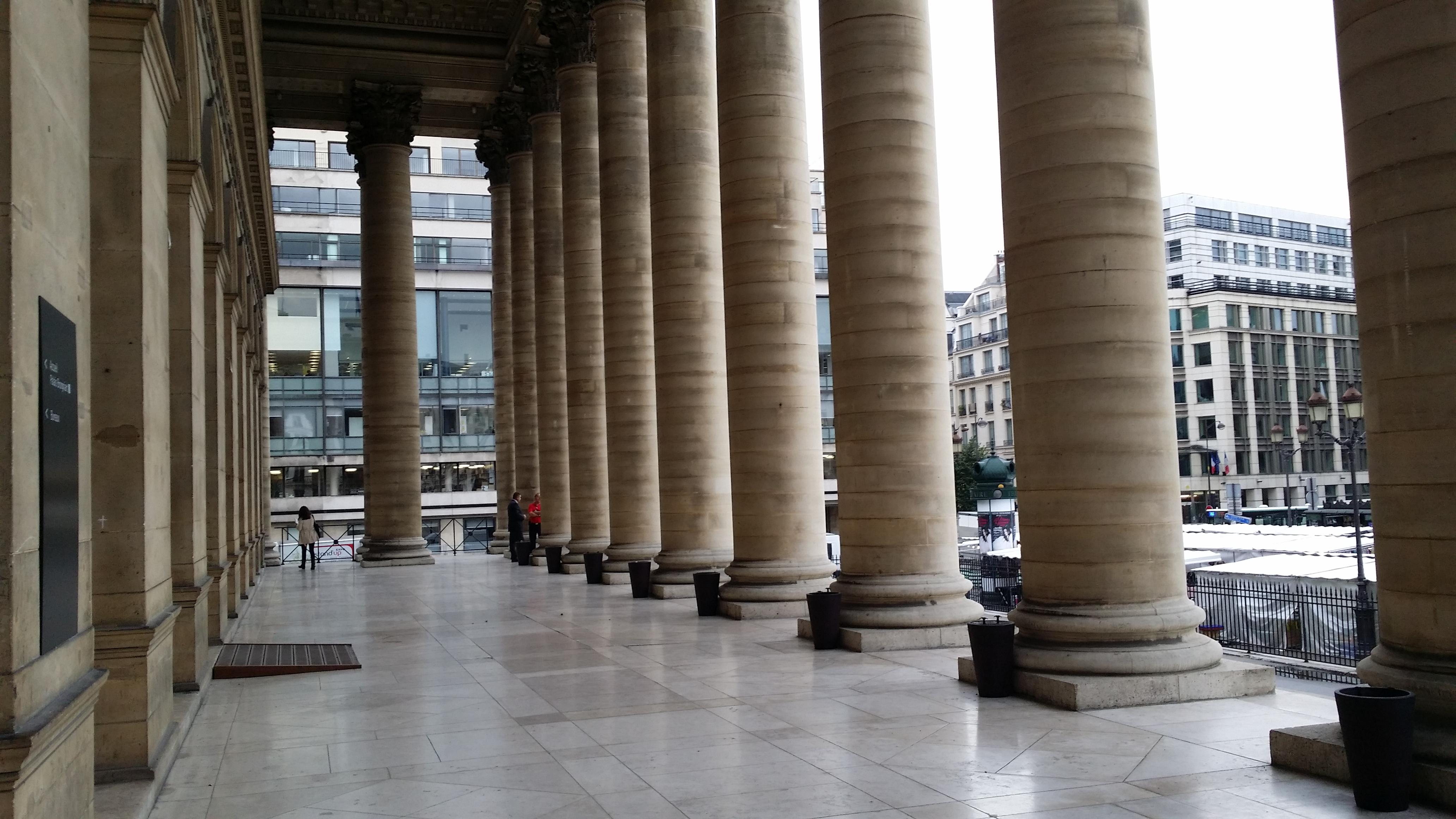 Cac 40 : En verve, le marché parisien reconquiert les 5900 points - BFM Bourse